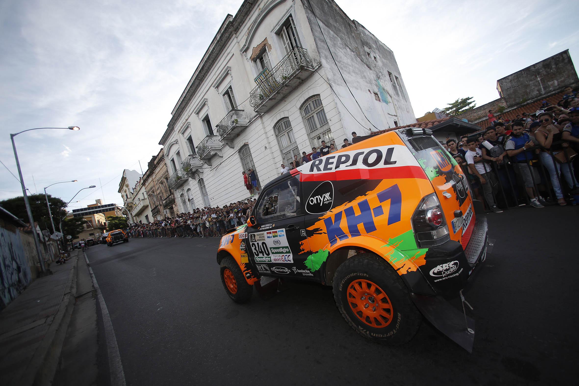 Isidre Esteve saliendo en una especial del Dakar