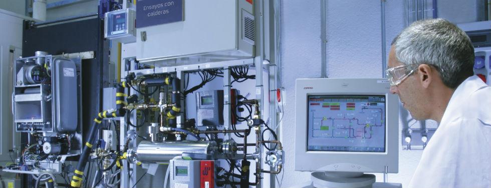 Investigador realizando ensayo con caldera de condensación y llama azul