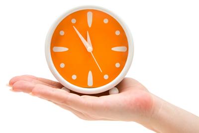 El tiempo, un tesoro. Mano sosteniendo un reloj.